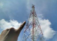 Пальцы указывая к башне радиосвязи Стоковое Изображение RF