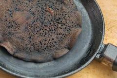Палят крупный план блинчика в сковороде Стоковая Фотография