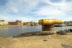 Пал в морском порте с корсаром на заднем плане Стоковое Изображение RF