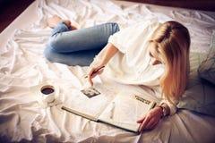 памяти Дневник чтения женщины в кровати Стоковое Фото