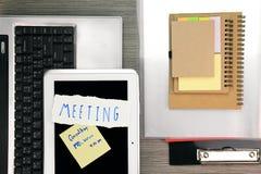 Памятка дела напоминает встречу Стол офиса с компьтер-книжкой и таблеткой Стоковое Фото