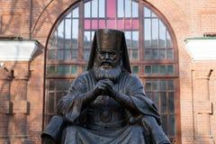 Памятник архиепископу Luka Святого, профессору, выдающему хирургу Voyno-Yasenetsky 1877 до 1961, было установлено в 2002 стоковые фото