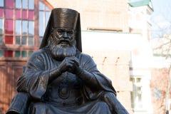 Памятник архиепископу Luka Святого, профессору, хирургу Voyno-Yasenetsky 1877 до 1961 было установлено в 2002 перед церковью стоковые фото