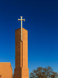 Памятник баптиста перекрестный против темносинего неба Стоковое Изображение