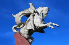 Памятник белого металла установленный на каменном постаменте Стоковое Изображение