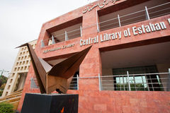 Памятник бумажного крана около главного здания центральной библиотеки Esfahan стоковое фото