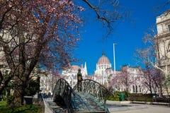 Памятник бывшему Премьер-министру Imre Надь задумчиво смотря к парламенту Венгрии стоковое изображение