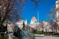 Памятник бывшему Премьер-министру Imre Надь задумчиво смотря к парламенту Венгрии стоковые изображения