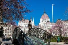 Памятник бывшему Премьер-министру Imre Надь задумчиво смотря к парламенту Венгрии стоковое фото rf