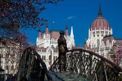 Памятник бывшему Премьер-министру Imre Надь задумчиво смотря к парламенту Венгрии стоковое фото