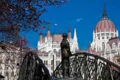 Памятник бывшему Премьер-министру Imre Надь задумчиво смотря к парламенту Венгрии стоковая фотография rf