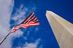 Памятник Вашингтона и американский флаг Стоковое Изображение