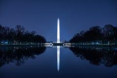 Памятник Вашингтона против голубого ночного неба Стоковое фото RF