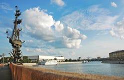 Памятник взгляду облаков Петра I и лета, Москве, России стоковая фотография