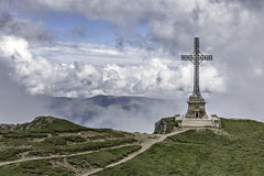 Памятник в горах Bucegi, Румыния героев Caraiman перекрестный Стоковое фото RF