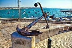 Памятник в форме анкера корабля в порте Cascais Португалии Стоковые Изображения