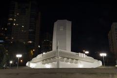 Памятник в форме корабля с белым ветрилом на обваловке Рекы Волга на ноче в самаре России Стоковые Изображения