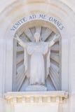 Памятник Иисуса Христоса на стене католического собора в Виченца Стоковые Изображения