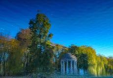 Памятник и деревья отраженные в воде стоковое фото