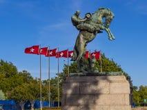 Памятник и флаги Оклахомы на капитолии положения в Оклахомаа-Сити стоковая фотография rf