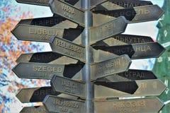 Памятник который показывает расстояние и направление много европейских городов, от Одессы стоковое фото