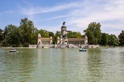 Памятник к Альфонс XII в парке ` Parque del Buen Retiro приятного ` отступления, Мадрида, Испании Стоковые Изображения