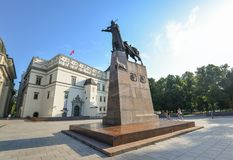 Памятник к великому князю Gediminas который известно основали Вильнюс в 1323 и который было также великим князем Литвы, Вильнюса, стоковая фотография