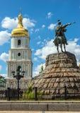 Памятник к гетману Bogdan Khmelnitsky и колокольня St. Стоковое фото RF
