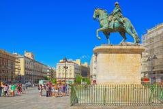 Памятник к королю Чарльзу III перед домом столба o стоковые фото
