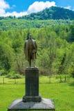 Памятник к Ленину на предпосылке зеленых гор Стоковые Фото