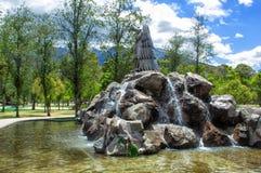 Памятник к орлу на утесах Окруженный прудом В общественном парке Ла Каролины, Кито эквадор стоковое фото