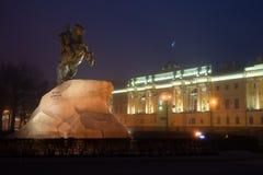 Памятник к Питеру большой бронзовый наездник, 1782 и здание Конституционного Суда России, Санкт-Петербурга Стоковое Фото