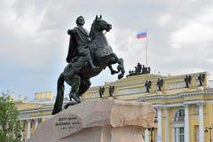 Памятник к Питеру большой бронзовый наездник на квадрате сената Стоковые Изображения