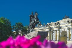 Памятник к Питеру первый бронзовый наездник Взгляд собора Андрюа апостола Стоковое фото RF