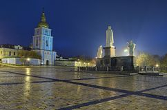 Памятник к принцессе Ольге около ` s St Michael Золот-придал куполообразную форму собор в Kyiv, Украине Предыдущее утро осени Стоковые Фотографии RF