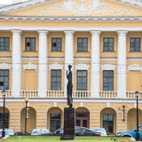 Памятник к русскому поэту Анне Akhmatova на противоположности обваловки Voskresenskaia тюрьмы крестов, Санкт-Петербургу Стоковые Фото