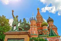Памятник к Minin и Pozharsky на предпосылке собора ` s базилика St на красной площади в Москве, России Стоковое Фото