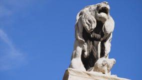 Памятник льва в Италии шток Один из 4 белых каменных львов памятника предназначенного к добродетелю мучеников Стоковое Изображение