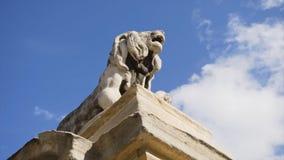 Памятник льва в Италии шток Один из 4 белых каменных львов памятника предназначенного к добродетелю мучеников Стоковое фото RF