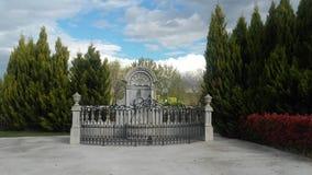 Памятник между деревьями Стоковое Фото