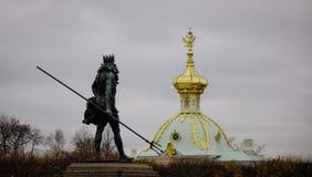 Памятник на Peterhof в Санкт-Петербурге, России Стоковые Изображения