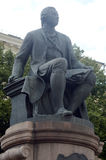 Памятник около факультета публицистики государственного университета Lomonosov Москвы field вал стоковое изображение