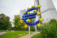 Памятник перед Eurotower, Франкфурт евро, Германия стоковые изображения rf