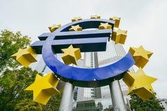 Памятник перед Eurotower, Франкфурт евро, Германия стоковые фотографии rf