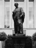 Памятник Фарадея в месте савойя в Лондоне черно-белом стоковое фото