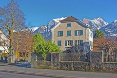 Памятник человека и гор Альпов в плохом Ragaz Стоковые Изображения