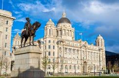 Памятник Эдварда VII и порт здания Ливерпуля стоковое фото