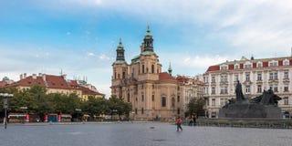 Памятник января Hus и церковь St Nicholas в Праге стоковые фотографии rf