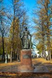 Памятник Andrei Rublev в парке осени около Andronikov Monast стоковая фотография
