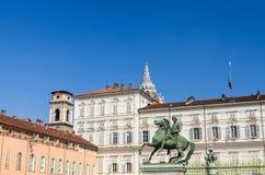 Памятник di Polluce equestre Statua перед королевским дворцом Palazzo Reale стоковая фотография